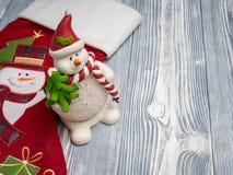 Pupazzo di neve felice con il calzino rosso Fotografie Stock