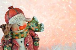 Pupazzo di neve felice sorridente con la scopa Fotografia Stock Libera da Diritti