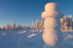 Pupazzo di neve gigante nel paese delle meraviglie di inverno Fotografie Stock Libere da Diritti