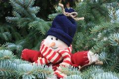 Pupazzo di neve nell'albero di Natale Fotografie Stock Libere da Diritti