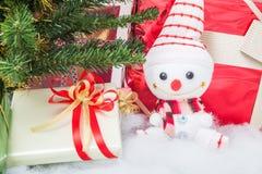 Pupazzo di neve sorridente con il contenitore di regalo Immagine Stock Libera da Diritti