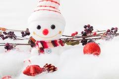 Pupazzo di neve sorridente con l'oggetto della decorazione Fotografie Stock
