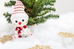 Pupazzo di neve sorridente con la decorazione del fiocco di neve e l'albero di Natale Fotografie Stock Libere da Diritti