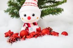 Pupazzo di neve sorridente con la decorazione di natale e l'albero di Natale Fotografie Stock Libere da Diritti
