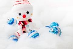 Pupazzo di neve sorridente con la palla di natale Fotografia Stock