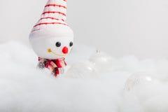 Pupazzo di neve sorridente con la palla di natale Immagini Stock Libere da Diritti