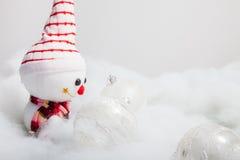 Pupazzo di neve sorridente con la palla di natale Fotografie Stock Libere da Diritti