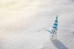Pupazzo di neve su neve Decorazione di natale Fotografia Stock Libera da Diritti