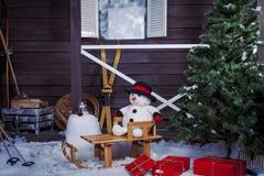 Pupazzo di neve su una slitta di legno Fotografie Stock Libere da Diritti