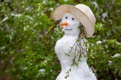 Pupazzo di neve sui precedenti verdi Catalysms della natura Giorno di sorgente fotografia stock