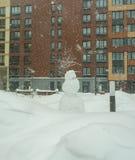 Pupazzo di neve sul campo da giuoco in forte nevicata Fotografia Stock