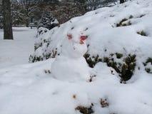 Pupazzo di neve sul fondo bianco della neve Immagine Stock Libera da Diritti