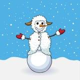 Pupazzo di neve sveglio in costume delle pecore Immagini Stock Libere da Diritti