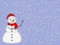 Pupazzo di neve sveglio di Natale su fondo nevoso fotografia stock libera da diritti