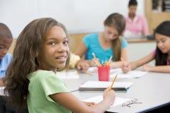 Pupila de la escuela primaria en sala de clase Imagenes de archivo