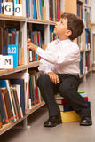 Pupila na biblioteca imagens de stock royalty free