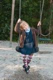 Pupila na farda da escola em um balanço Foto de Stock Royalty Free