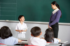 Pupila y profesor en una escuela china Imagen de archivo libre de regalías