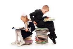 Pupilas com livros Fotografia de Stock Royalty Free