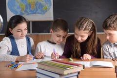 Pupilas da escola primária fotografia de stock royalty free
