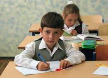 Pupilas en la sala de clase Fotos de archivo