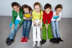 Pupilas en sala de clase Imagen de archivo libre de regalías