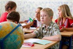 Pupilas na sala de aula Imagem de Stock