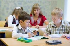 Pupilas na sala de aula fotos de stock