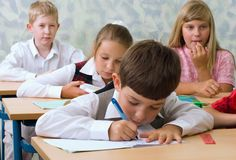 Pupilas na sala de aula Imagens de Stock Royalty Free