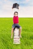 Pupilla con i libri esterni Immagini Stock Libere da Diritti