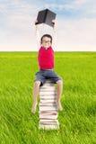 Pupilla con i libri esterni Immagine Stock Libera da Diritti