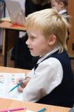 Pupille à la leçon dans la salle de classe Photo libre de droits