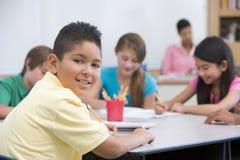 Pupille d'école primaire dans la salle de classe photographie stock