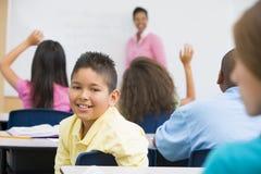 Pupille dans la salle de classe d'école primaire image stock