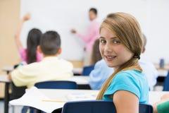 Pupille dans la salle de classe d'école primaire images libres de droits