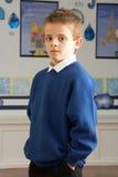 Pupille mâle d'école primaire restant dans la salle de classe images libres de droits