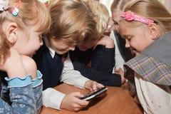 Pupilles avec le jeu électronique Photos libres de droits