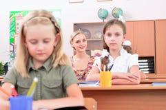 Pupilles dans la salle de classe photographie stock libre de droits