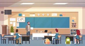 And Pupils In för manlig lärare klassrum på grupp för kursundervisningskola stock illustrationer