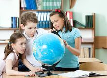 Pupils find something at the globe Royalty Free Stock Photos