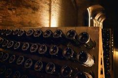 Pupitre en flessen in een ondergrondse kelder royalty-vrije stock afbeelding
