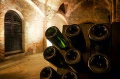 Pupitre en flessen in een ondergrondse kelder stock foto
