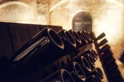 Pupitre en wijnflessen in een ondergrondse kelder royalty-vrije stock afbeeldingen