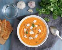 Pupmkin kremowy zupny puree, żywienioniowy jarski lunch na błękitnym drewnianym stole, odgórny widok Szk?o woda, grzanka, pietrus obraz stock