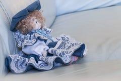Puppe auf Sofa Lizenzfreies Stockbild