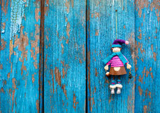Puppe auf waldigem backgroud Lizenzfreie Stockbilder