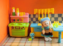 Puppe in der Küche Stockfoto