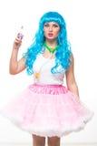 Puppe des jungen Mädchens mit dem blauen Haar Halten eines Spiegels und der Handtasche stockbilder