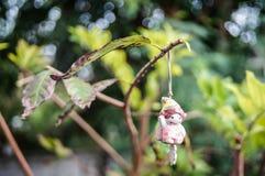Puppe, die am Baum hängt Lizenzfreies Stockbild