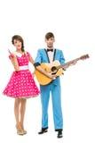 Puppe, die Jungen und Mädchen mit Gitarre schaut Lizenzfreie Stockbilder